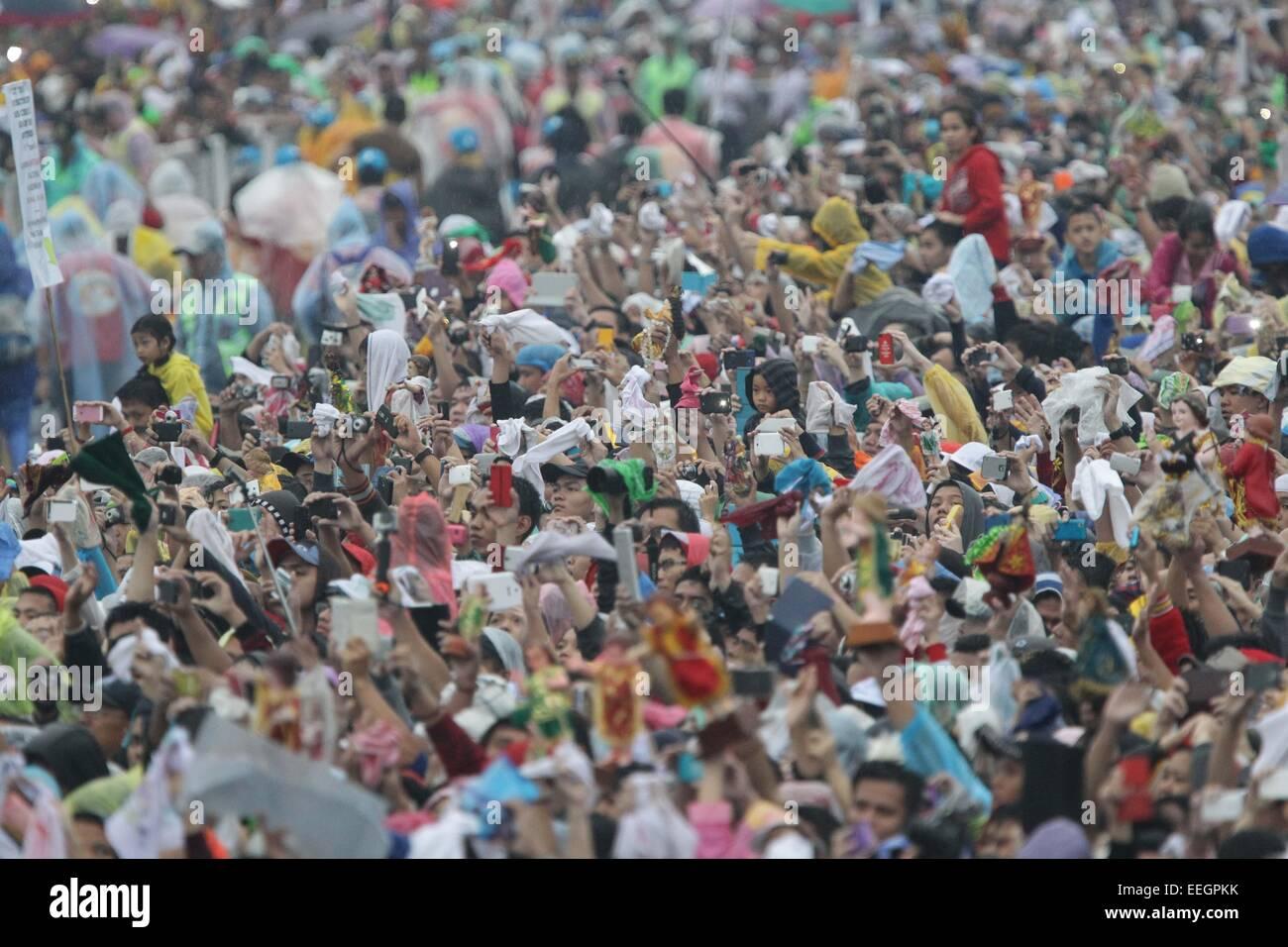Manila, Filippine. 18 gennaio, 2018. La folla onde da Papa Francesco dopo la Messa di chiusura al Quirino Grandstand, Immagini Stock