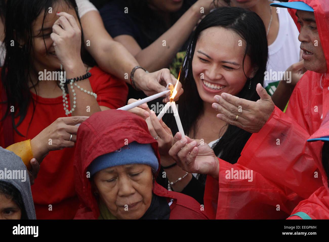 Manila, Filippine. 18 gennaio, 2018. La folla si accendono le loro candele durante il Papa Francesco' la Messa Immagini Stock