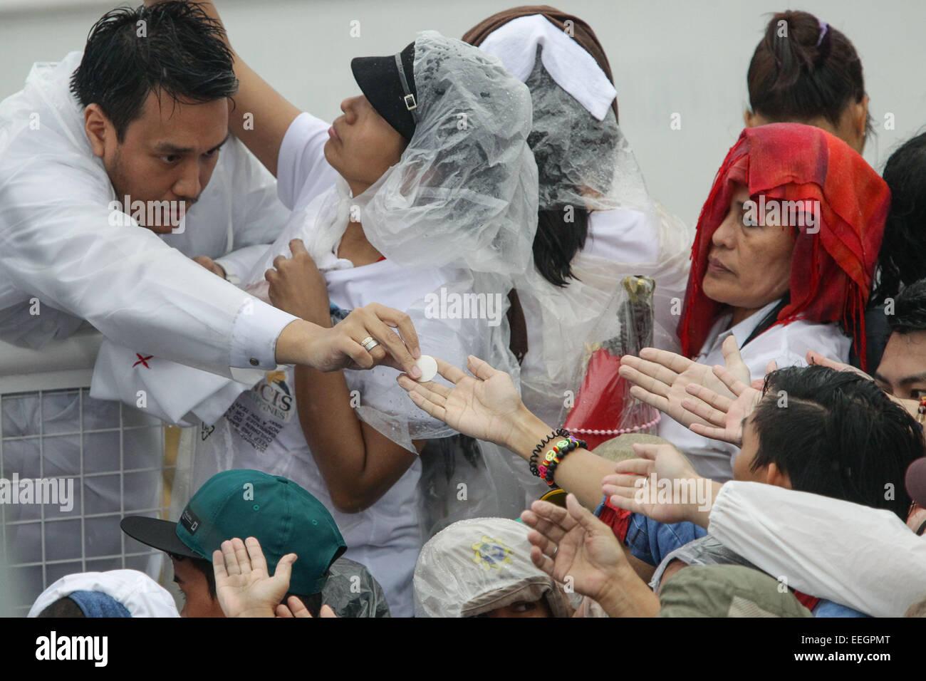 Manila, Filippine. 18 gennaio, 2018. La folla reachout le loro mani per ottenere la comunione durante il Papa Francesco' Immagini Stock