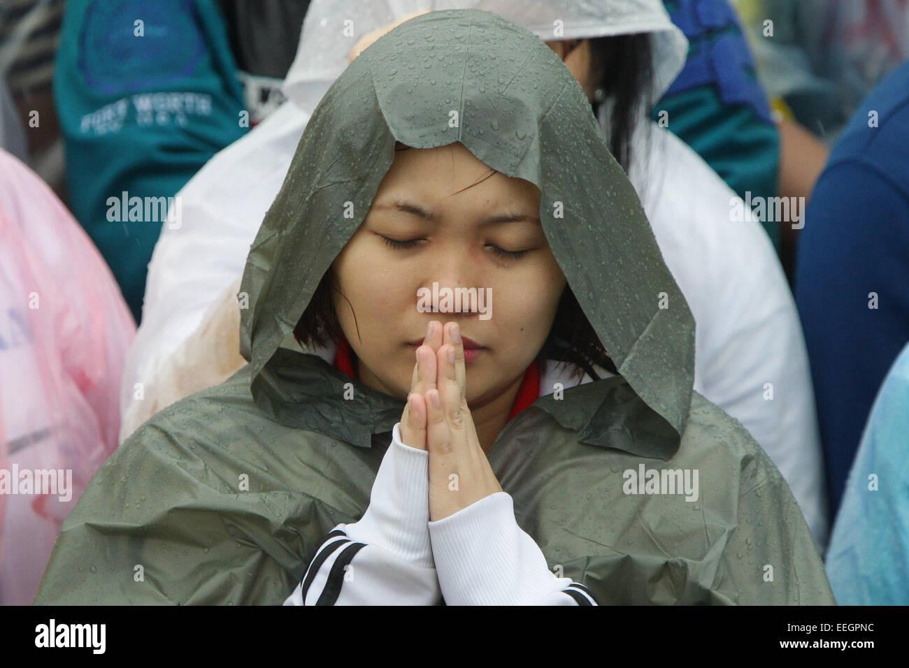 Manila, Filippine. 18 gennaio, 2018. Una donna chiude gli occhi durante il Papa Francesco la Messa di chiusura della Immagini Stock