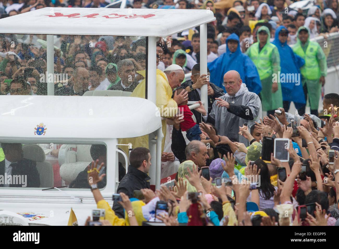 Manila, Filippine. 18 gennaio, 2018. Papa Francesco bacia un bambino in Quirino Grandstand, Rizal Park nella sua Immagini Stock