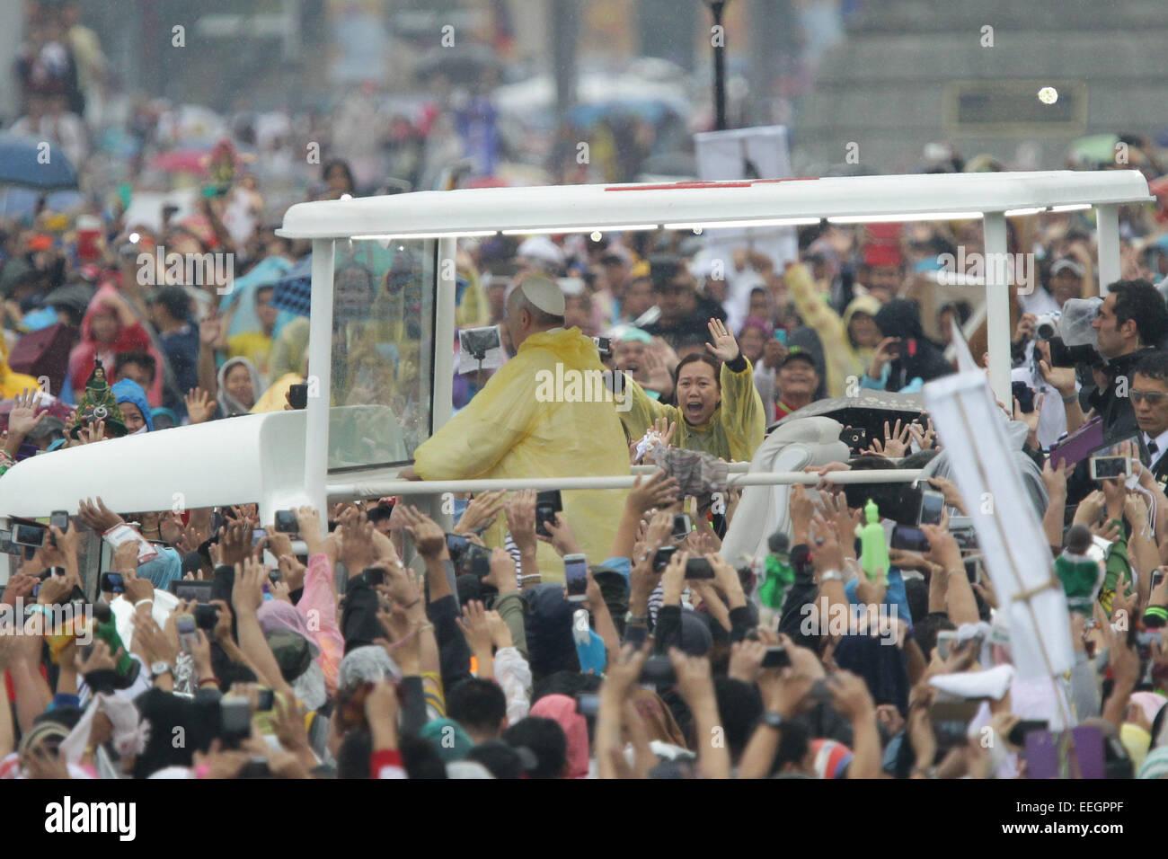 Manila, Filippine. 18 gennaio, 2018. Una donna le onde a Papa Francesco al Quirino Grandstand, Rizal Park nella Immagini Stock
