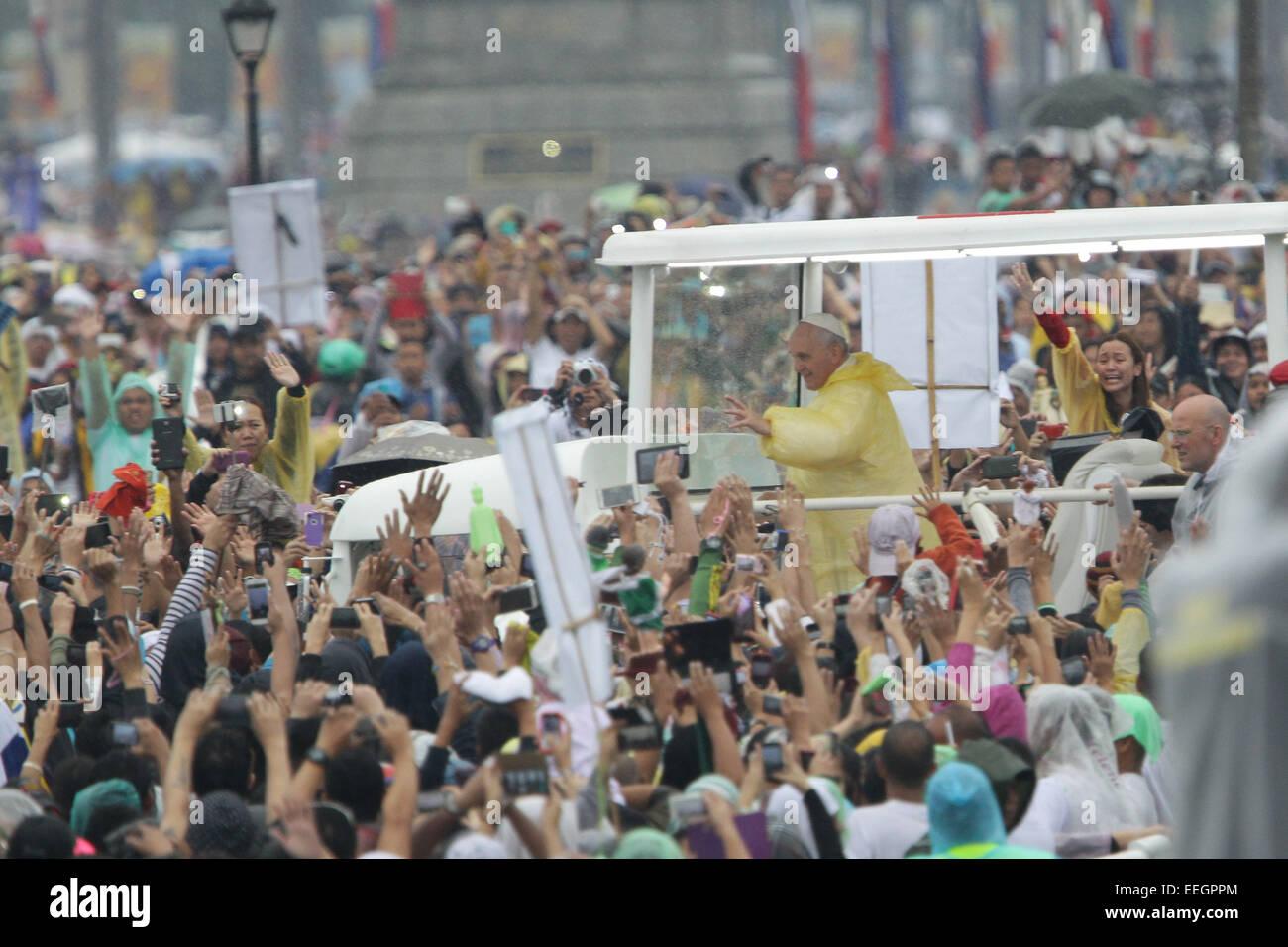 Manila, Filippine. 18 gennaio, 2018. Papa Francesco le onde a la folla in tribuna Quirino, Rizal Park nella sua Immagini Stock
