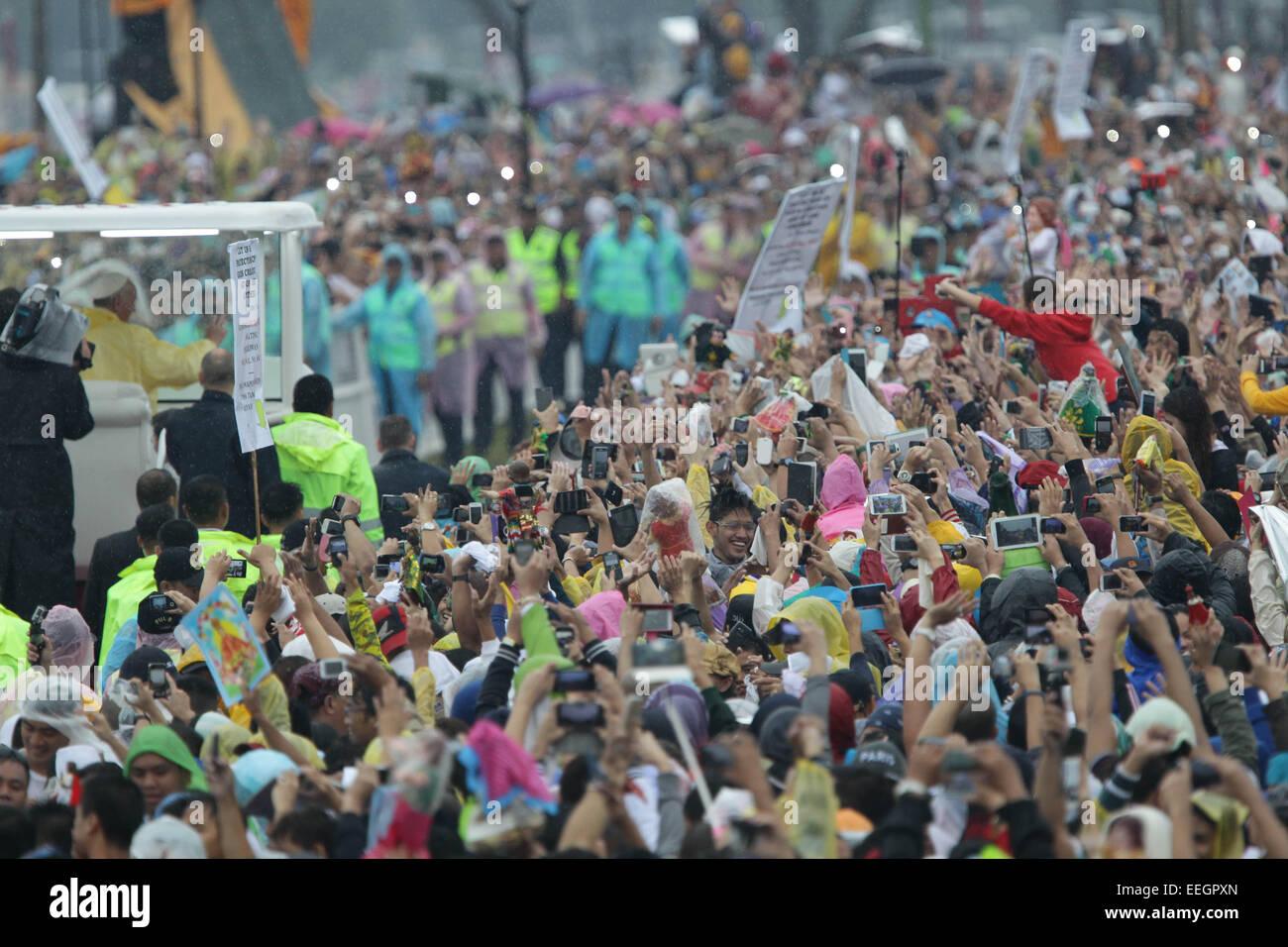 Manila, Filippine. 18 gennaio, 2018. La folla accoglie papa Francesco in Quirino Grandstand, Rizal Park frequentando Immagini Stock