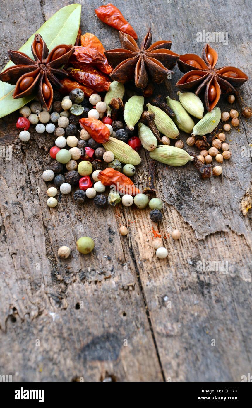 Erbe e spezie selezione, sul tavolo di legno sfondo Immagini Stock