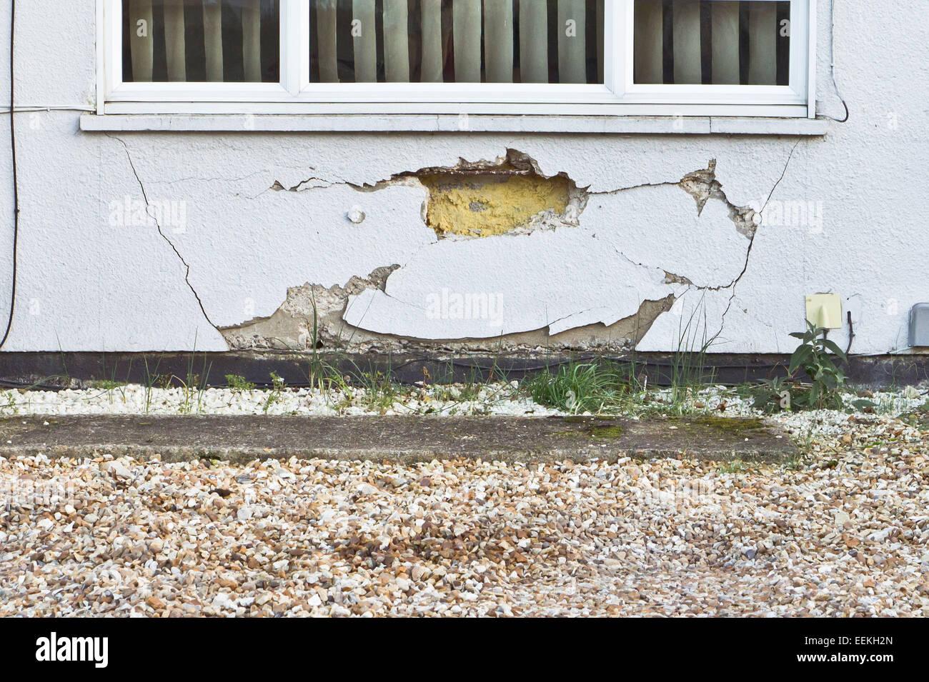 Un grande foro e crepe in un muro di casa Immagini Stock