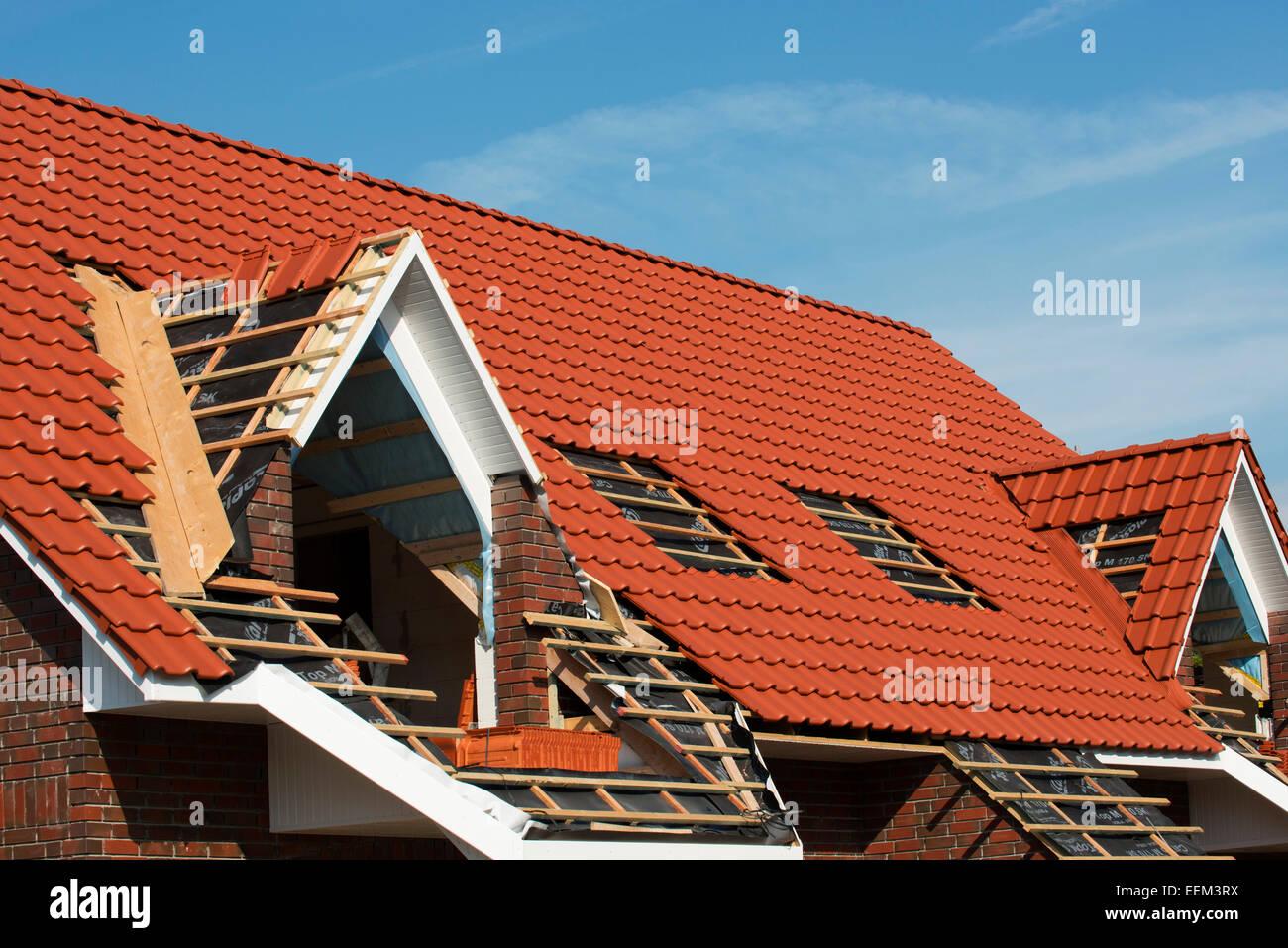 Il completamento della travatura del tetto di una casa di recente costruzione, Aurich, Bassa Sassonia, Germania Immagini Stock