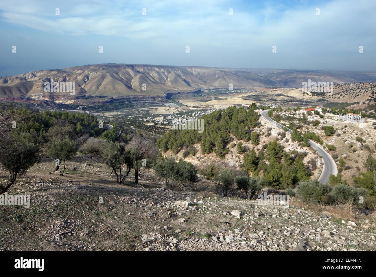 Vista su tutta la fertile valle del Giordano con le alture del Golan sul retro, antica città di Gadara, Umm Immagini Stock