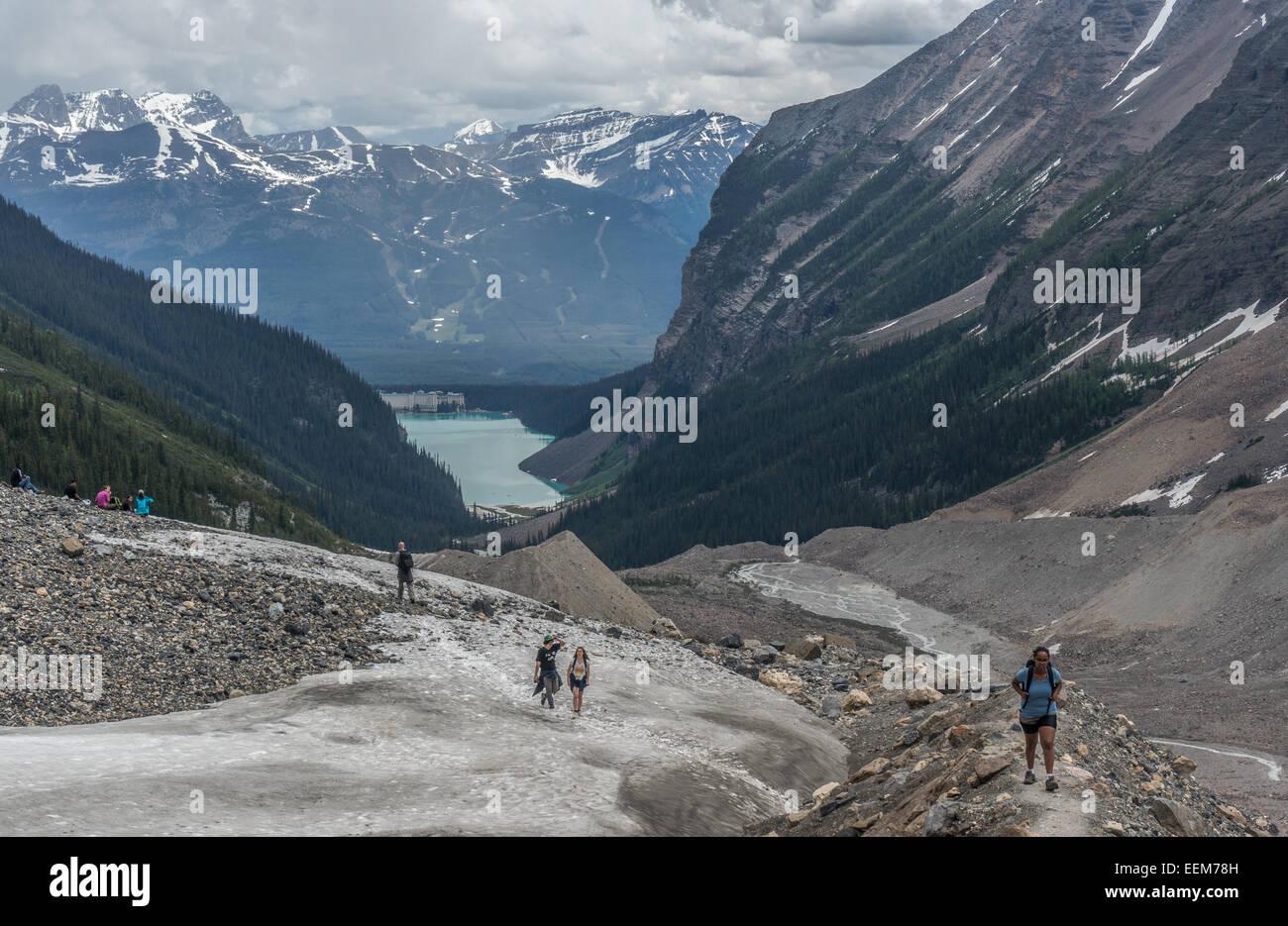 Canada, Alberta, il Parco Nazionale di Banff, Canadian Rockies, gli escursionisti a piedi nella valle Immagini Stock