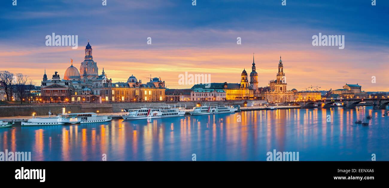 Dresda. Immagine panoramica di Dresda, Germania durante il tramonto con il fiume Elba in primo piano. Immagini Stock