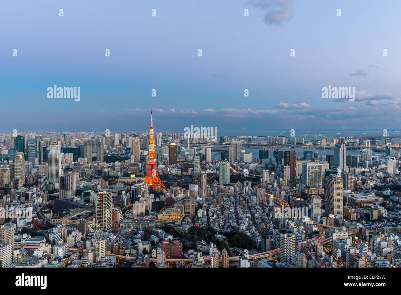 La Torre di Tokyo si distingue tra il paesaggio urbano di Tokyo come approcci di sera. Immagini Stock