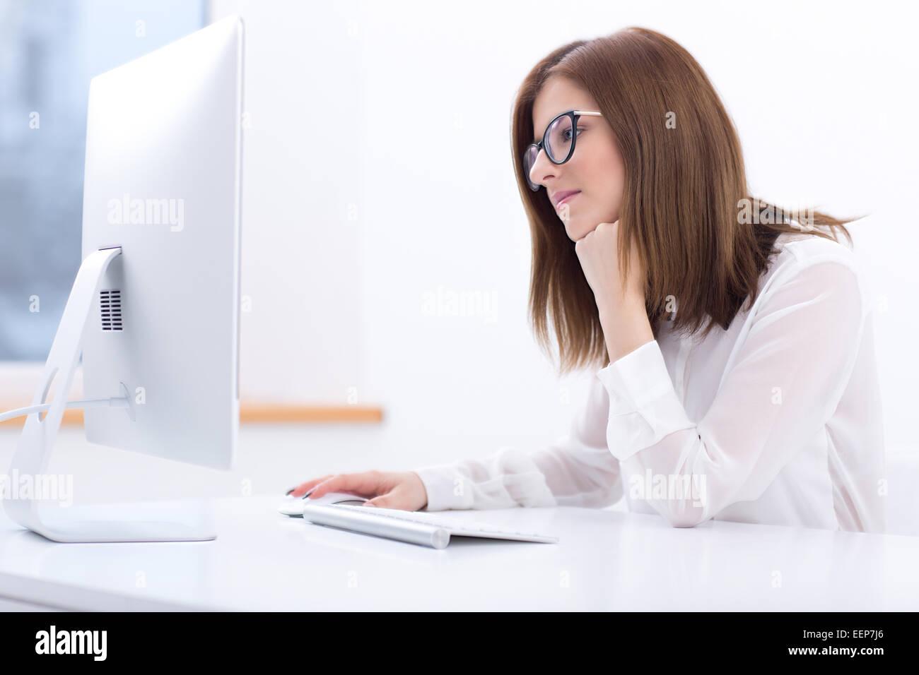 Giovane imprenditrice lavorando in ufficio Foto Stock