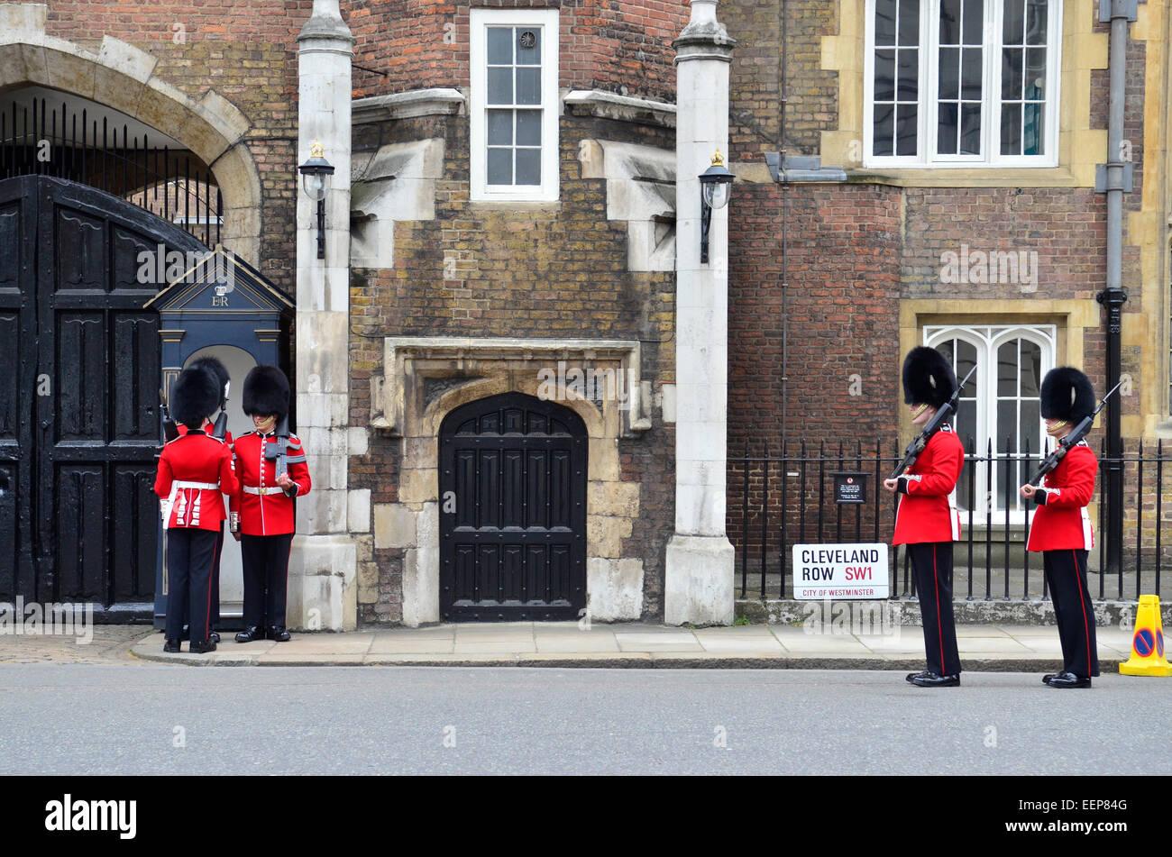 Guardie al di fuori di St James's Palace, London, England, Regno Unito Immagini Stock