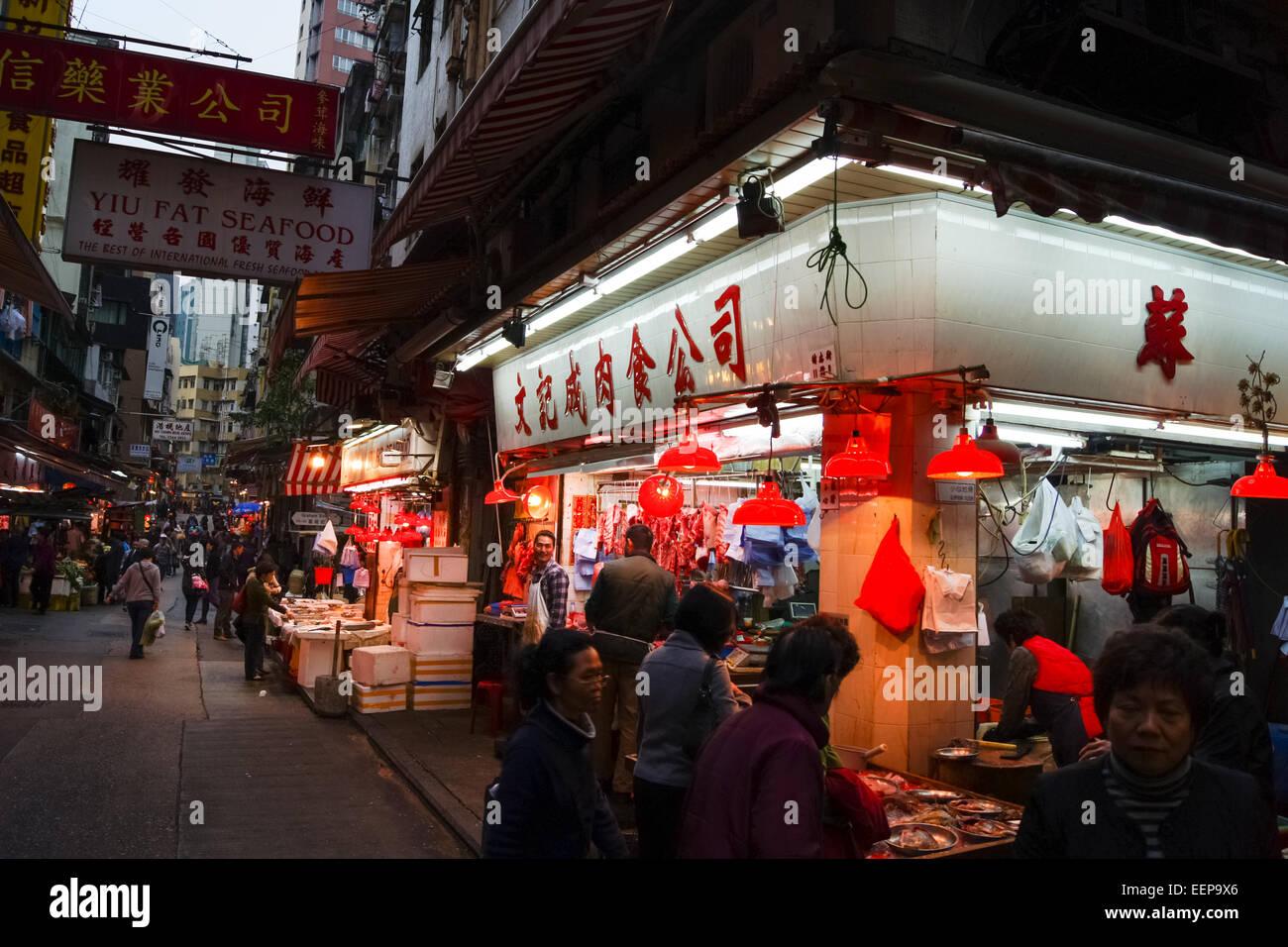 Illuminata supermercato negozio di fronte alla notte in Gage Street, Hong Kong Immagini Stock