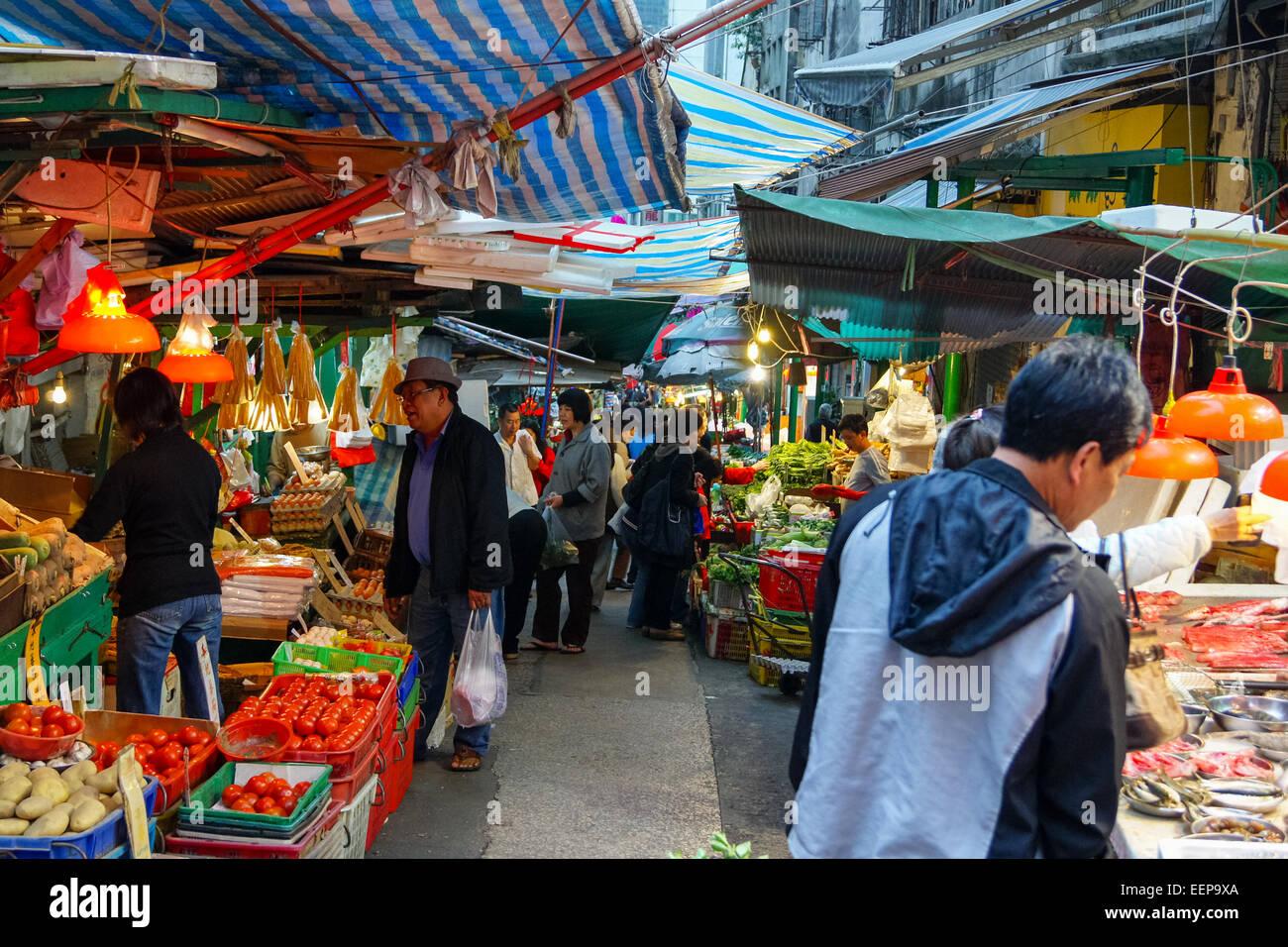 La gente la navigazione e lo shopping al mercato alimentare di bancarelle in Gage Street, Hong Kong, Cina Foto Stock