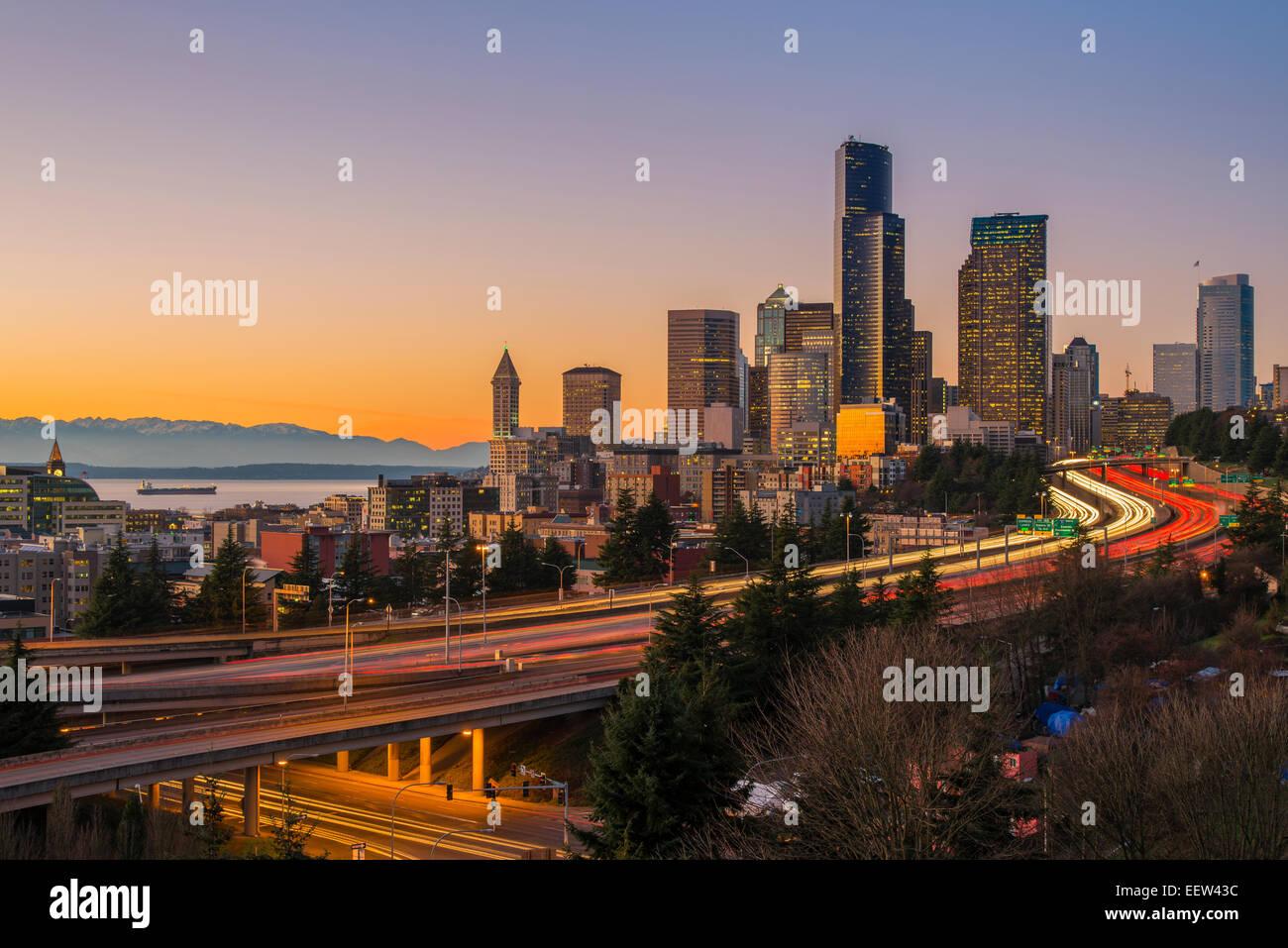 Il traffico di Freeway e skyline del centro al tramonto, Seattle, Washington, Stati Uniti d'America Immagini Stock