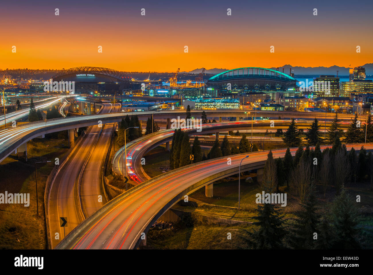 Interscambio superstrada e CenturyLink Field Stadium sotto tramonto spettacolare, Seattle, Washington, Stati Uniti Immagini Stock