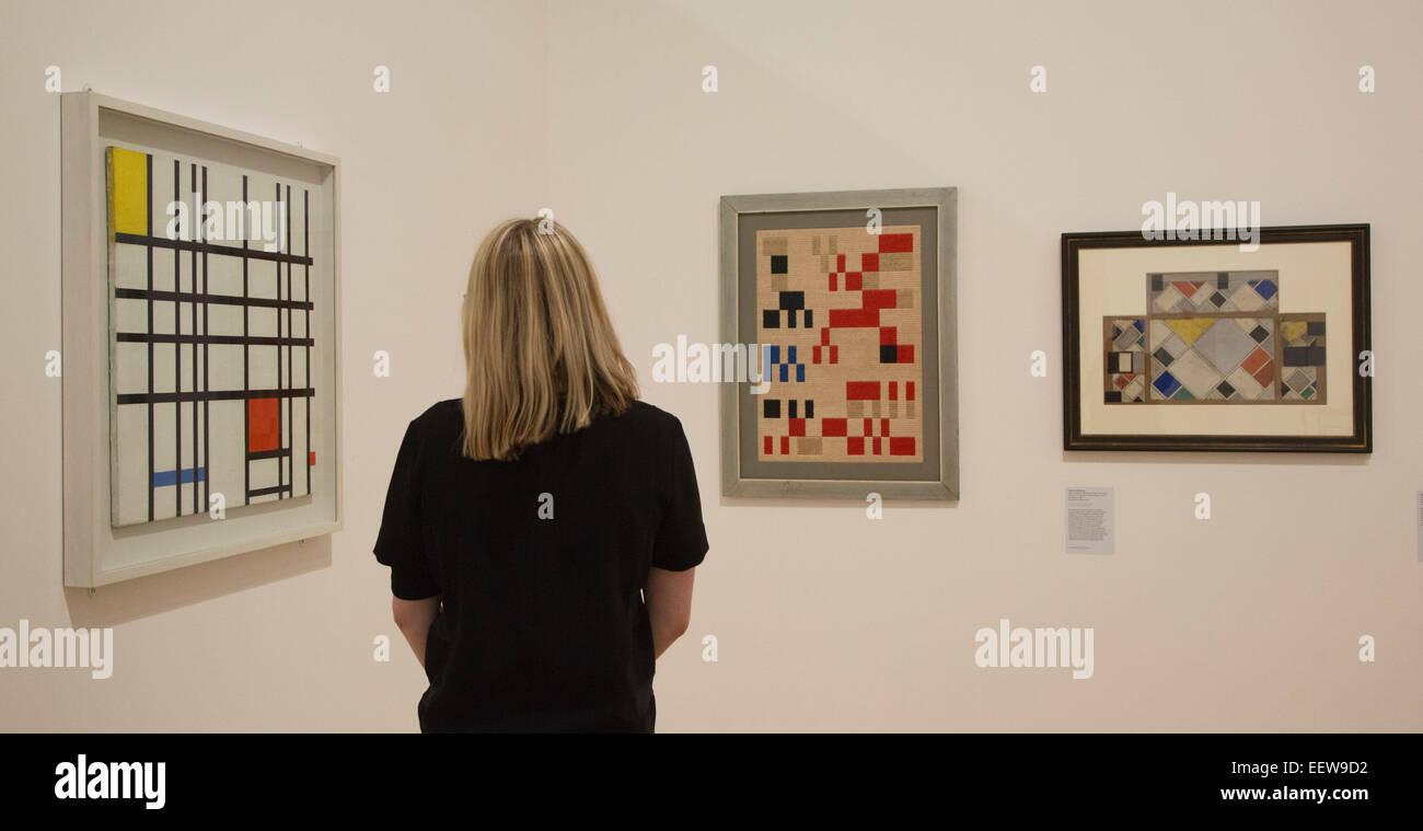 Un dipendente di whitechapel guarda le opere d 39 arte da for Composizione del parlamento italiano oggi