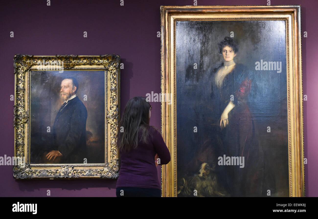 Mannheim, Germania. Il 22 gennaio, 2015. Una donna sta davanti a due dipinti da Franz von Lenbach presso la Reiss Immagini Stock