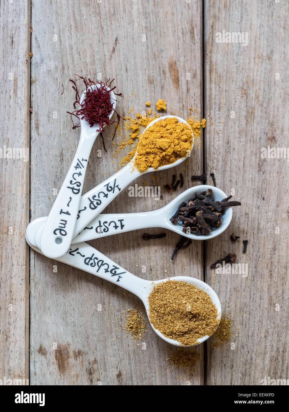 Spezie provenienti da Zanzibar: Zafferano Curcuma, chiodi di garofano e cumino. Immagini Stock