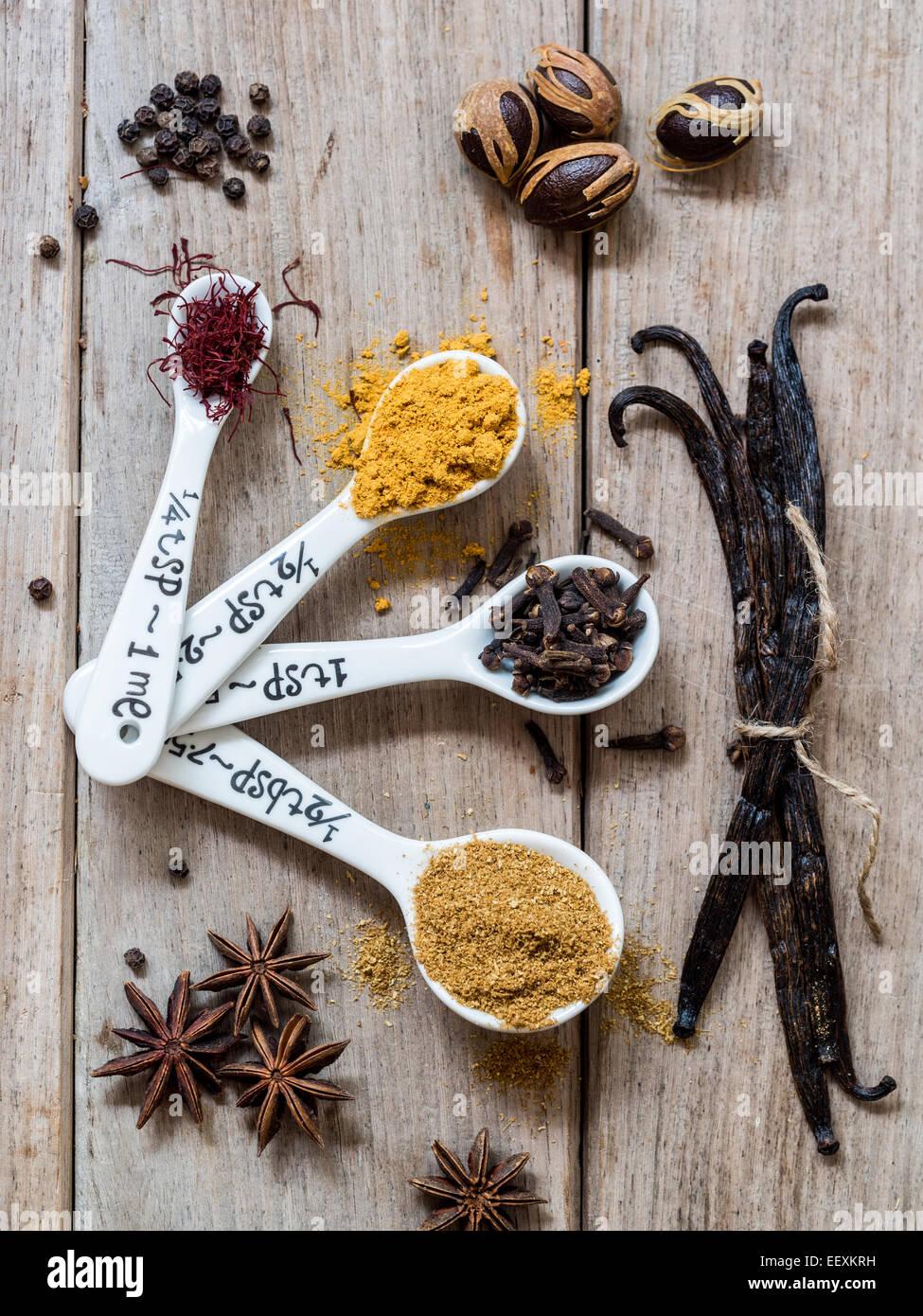 Spezie provenienti da Zanzibar: Zafferano Curcuma, chiodi di garofano, il cumino, pepe, noce moscata, vaniglia e Immagini Stock