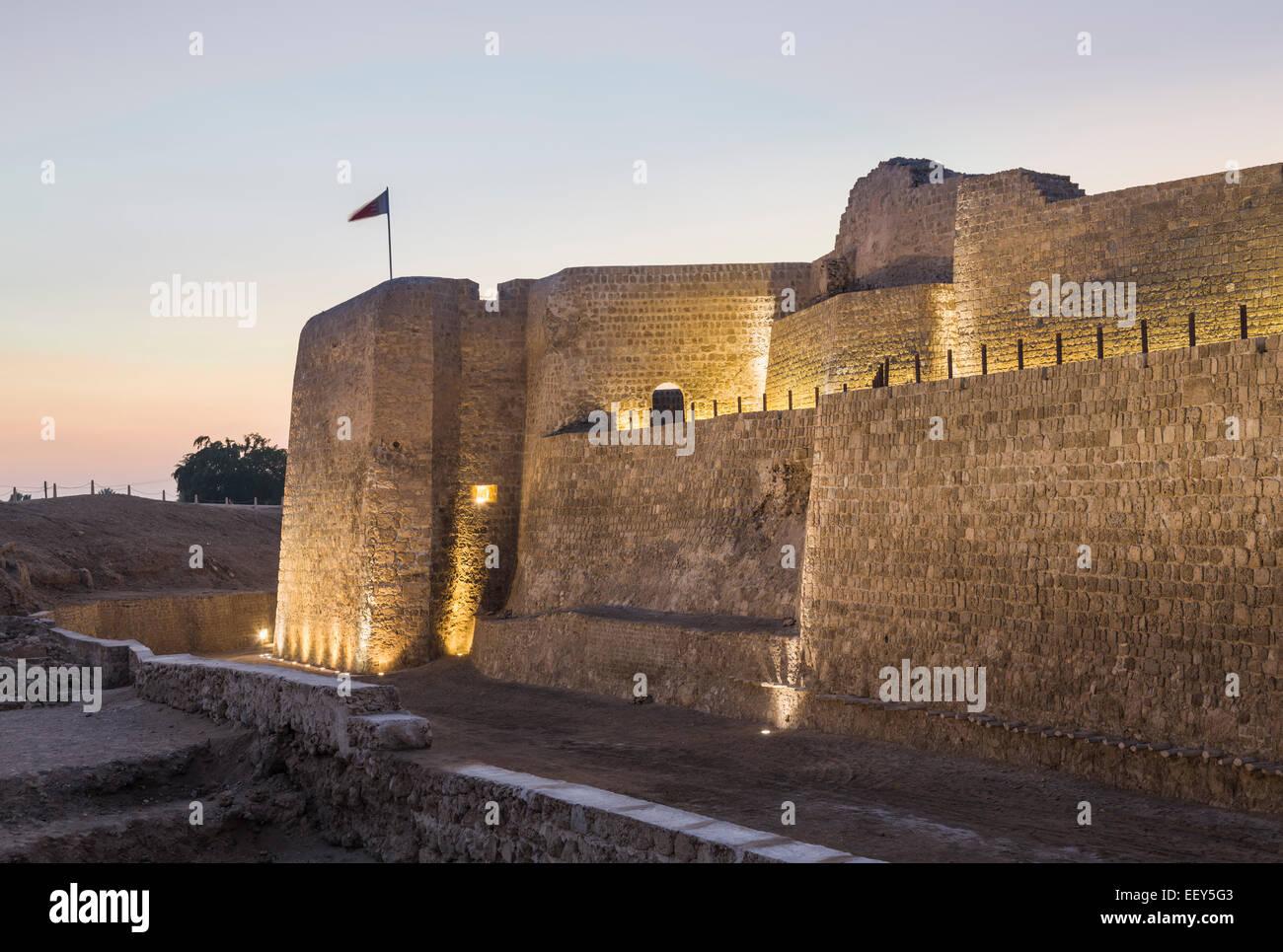 Tramonto al Bahrain Fort vicino a Manama al Seef, Bahrain Immagini Stock