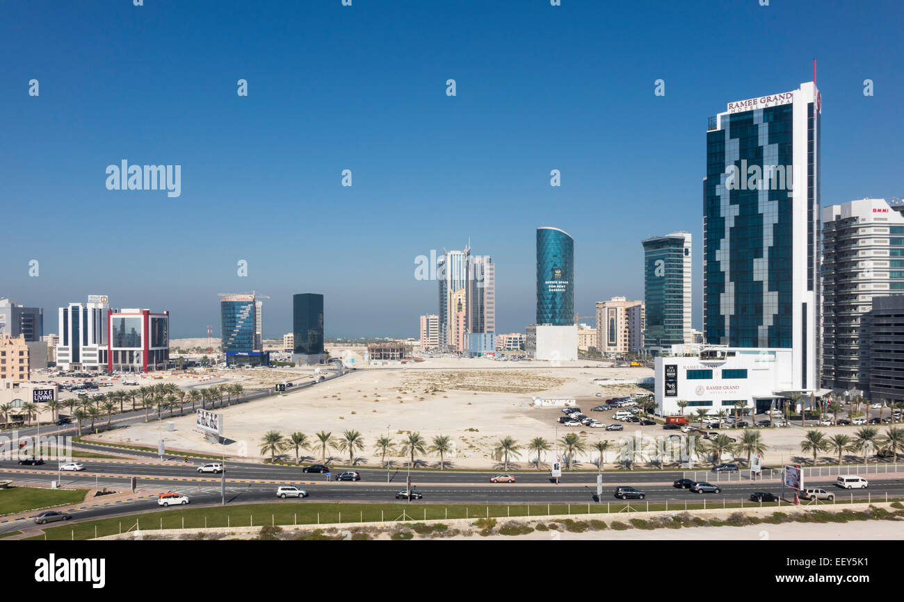La costruzione di nuovi edifici di uffici su terreni bonificati vicino alla capitale Manama in Seef, Bahrain Immagini Stock