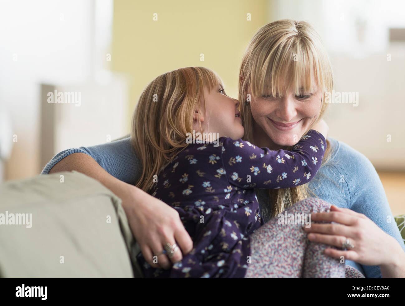 Figlia (4-5) raccontando segreto di Madre Immagini Stock