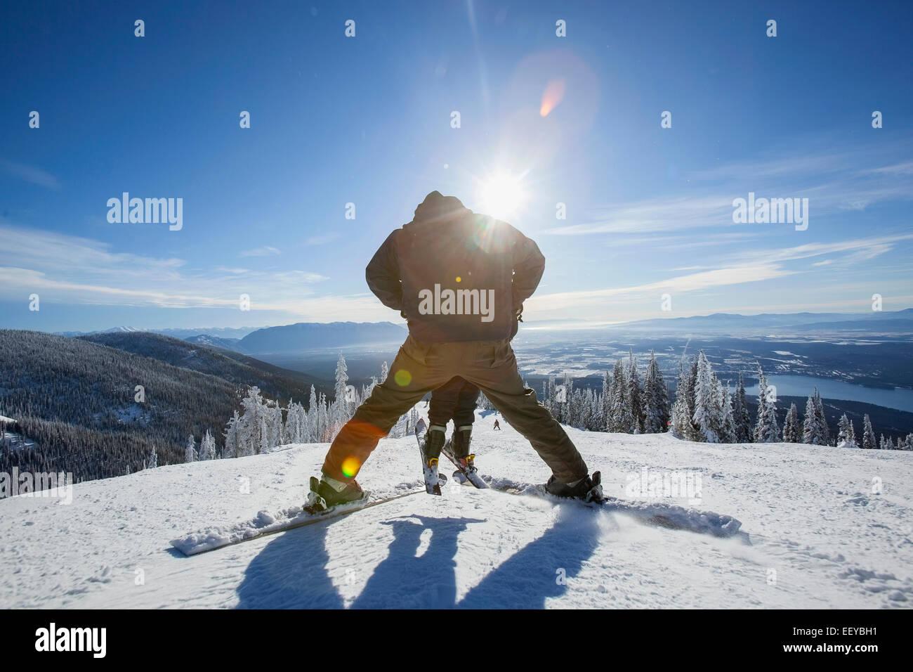 Stati Uniti d'America, Montana, coregone, Padre sciare con figlio (6-7) Immagini Stock