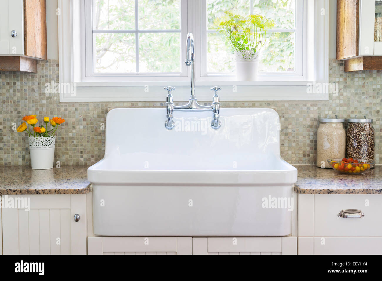 Lavello Cucina In Porcellana cucina con interni in stile rustico di grandi dimensioni di