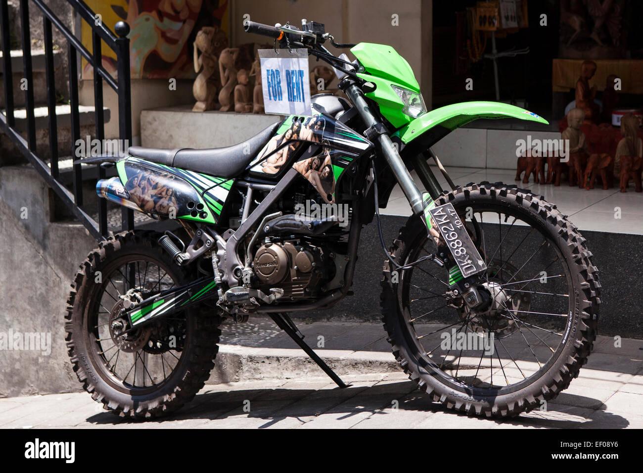 Motociclo disponibile per l'affitto in su una strada in Asia Immagini Stock