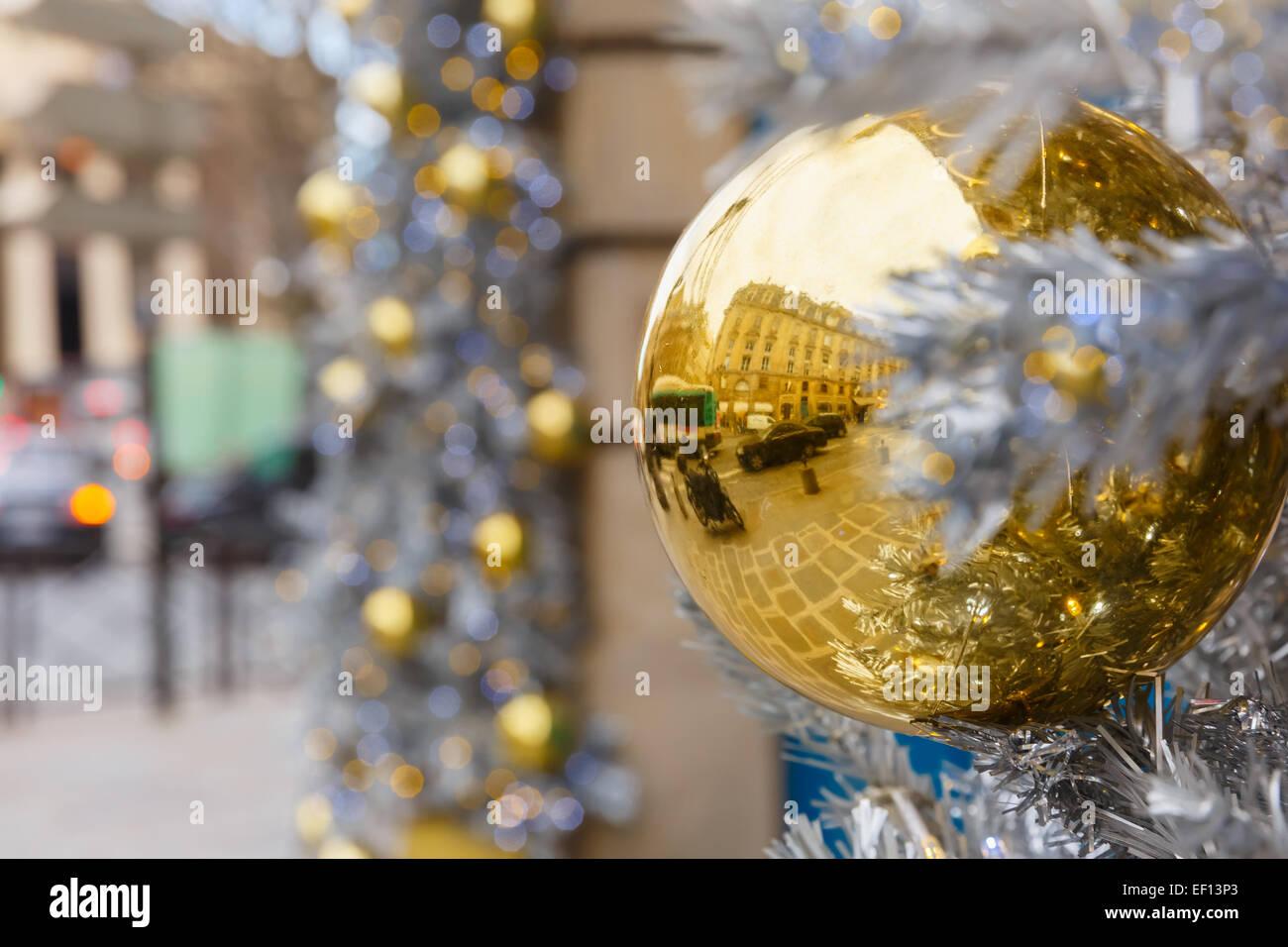 Golden lucido sulla palla Natale decorate street a Parigi, Francia Immagini Stock