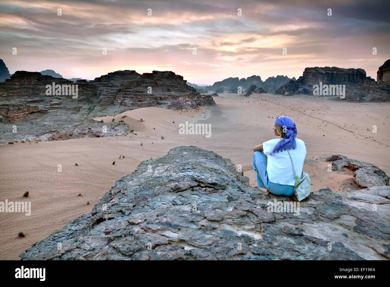 La ragazza che si affaccia Wadi Rum in Giordania Immagini Stock
