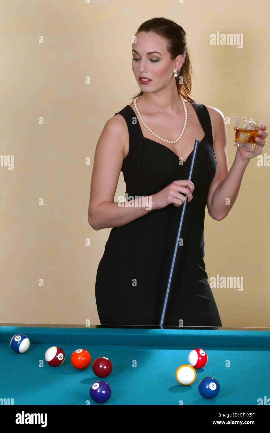 Elegante Frau spielt Billard, Frei f∏r Werbung (Modellfreigabe) Immagini Stock