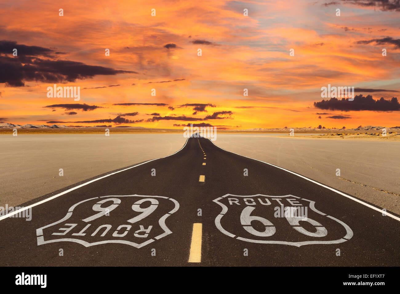 Resa Romanticized Route 66 attraversando un dry lake bed nel vasto deserto Mojave. Immagini Stock
