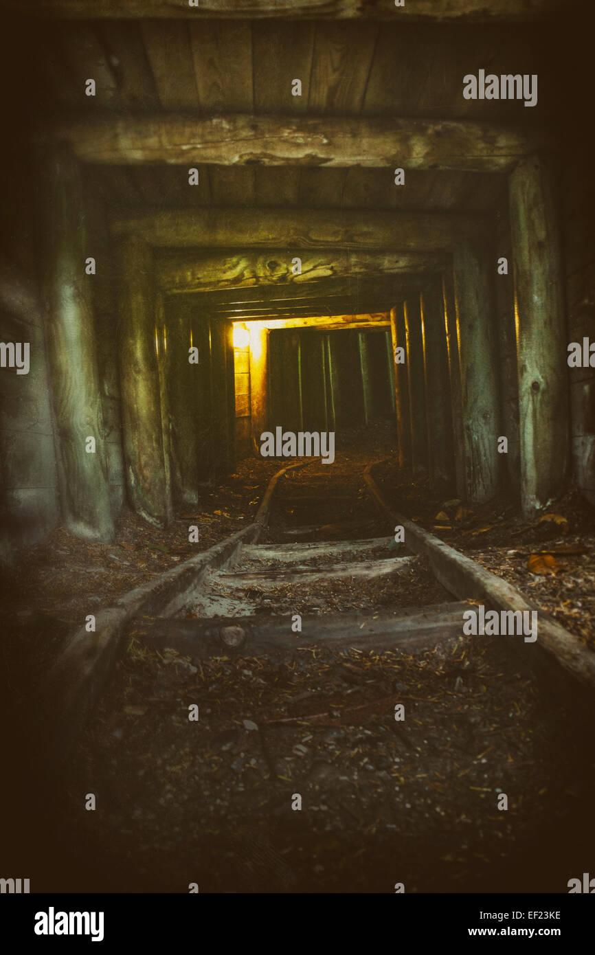 La luce alla fine di un tunnel abbandonati Foto Stock