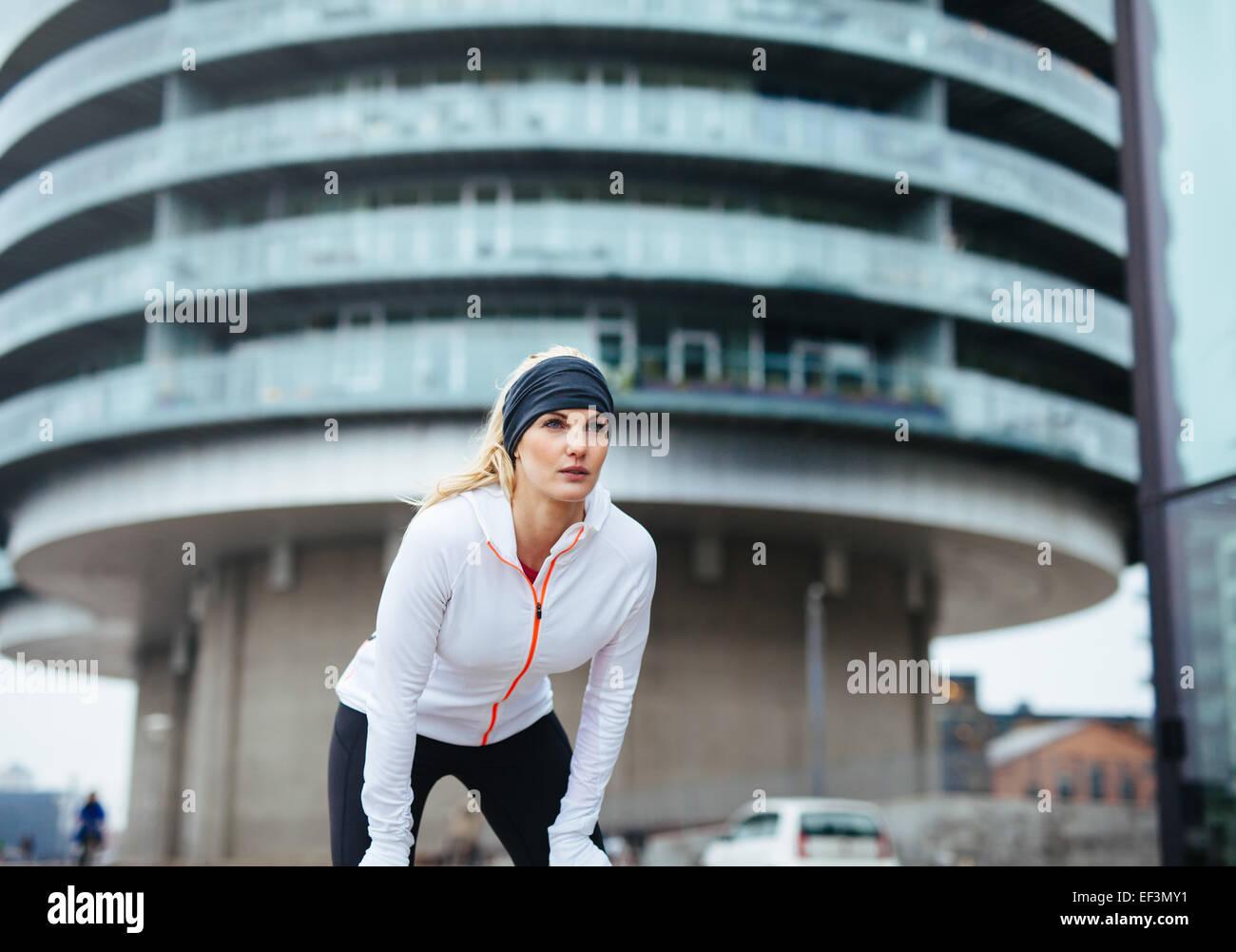 Giovane donna su sport esercizio di allenamento all'aperto. Femmina atleta di fitness che lavora fuori per uno Immagini Stock
