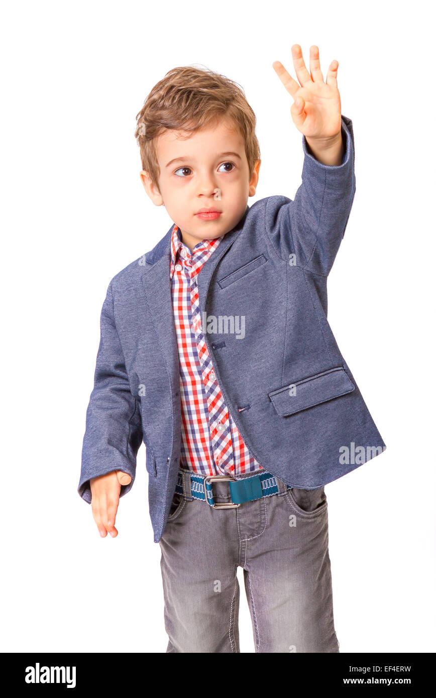 Little Boy con la camicia e con la sua mano sollevata su sfondo bianco Immagini Stock
