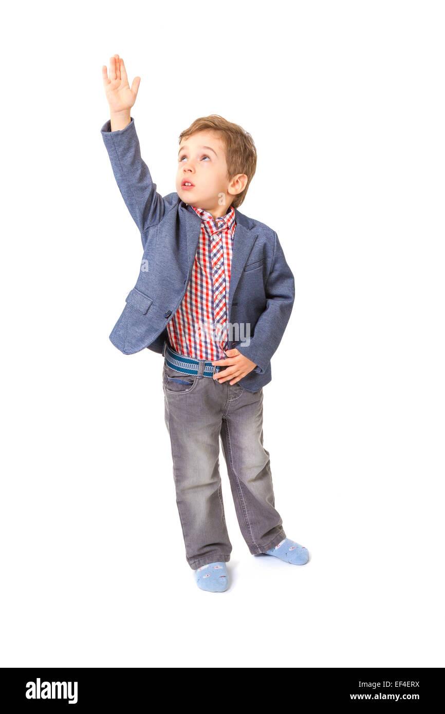 Little Boy con giacca e camicia con la sua mano sollevata su sfondo bianco Immagini Stock