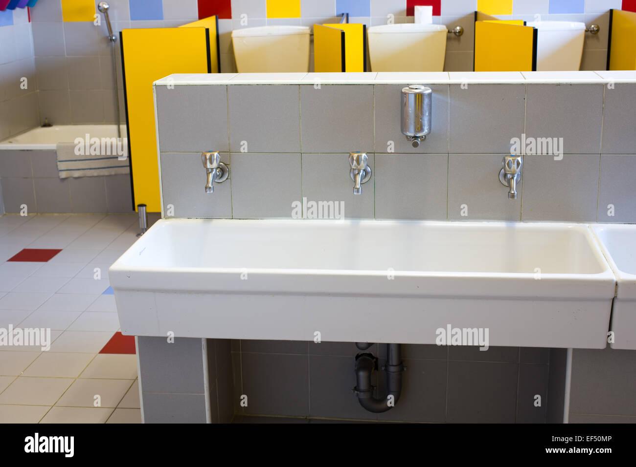 Stanze Da Bagno Piccole : Piccole stanze da bagno di una scuola per bambini con bassa lavelli