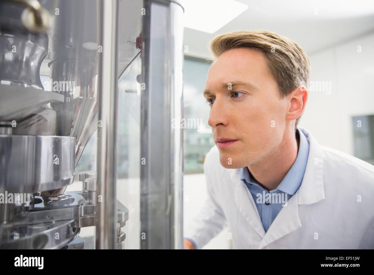 Focalizzato il farmacista utilizzando la tecnologia avanzata Immagini Stock