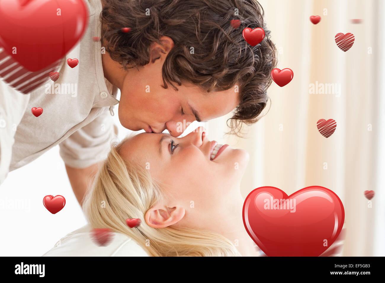 Immagine composita di close up di un uomo baciare il suo fidanzato sulla fronte Immagini Stock