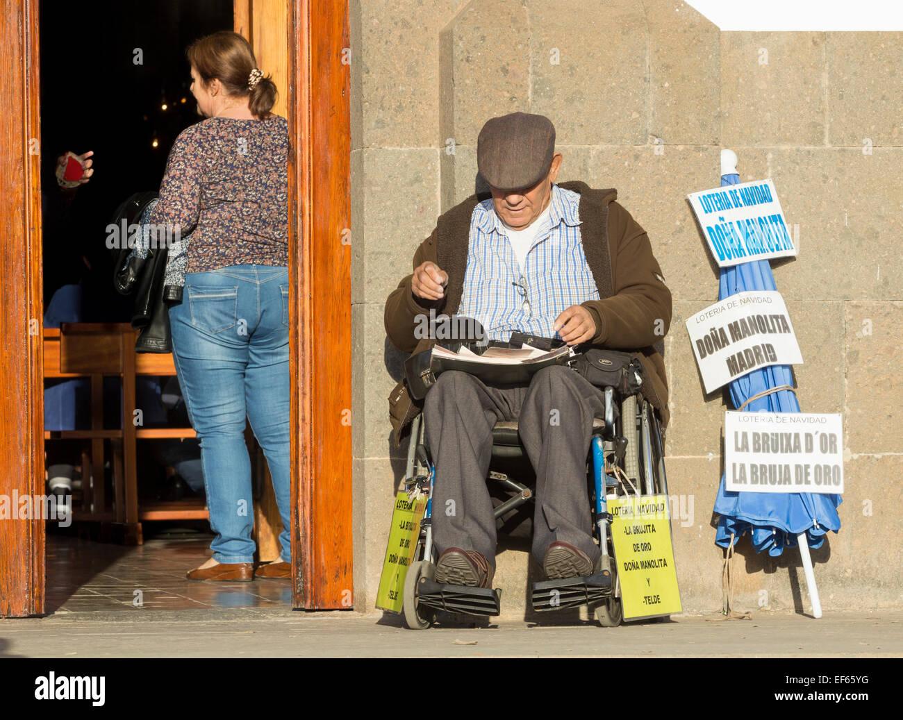 Uomo spagnolo di vendita ( Lotto lotteria spagnola) biglietti per 'El Gordo' fuori dal villaggio chiesa Immagini Stock