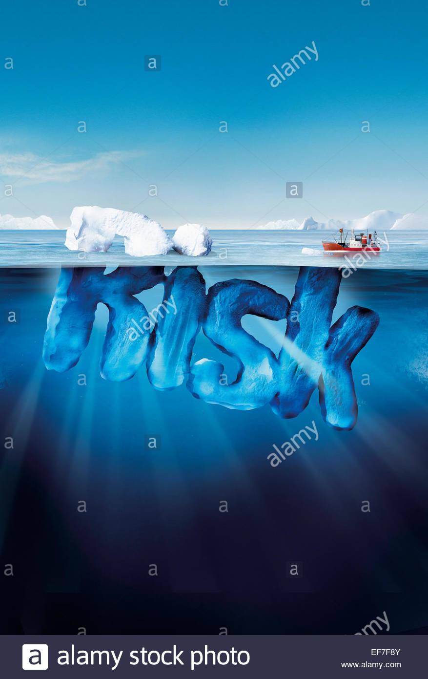 Barca si avvicina pericoloso rischio iceberg Immagini Stock