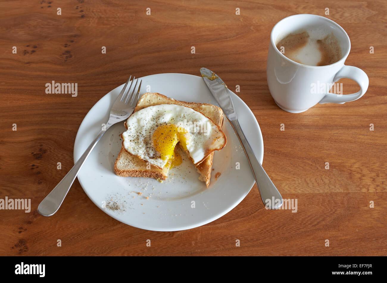 Uovo fritto su pane tostato con caffè Immagini Stock