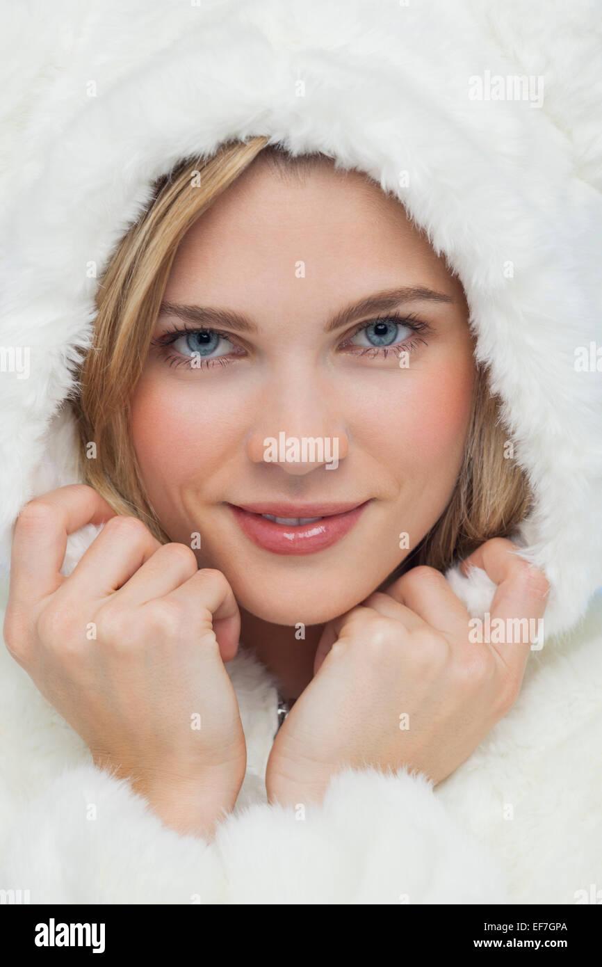 Ritratto di una donna bella che pongono Immagini Stock