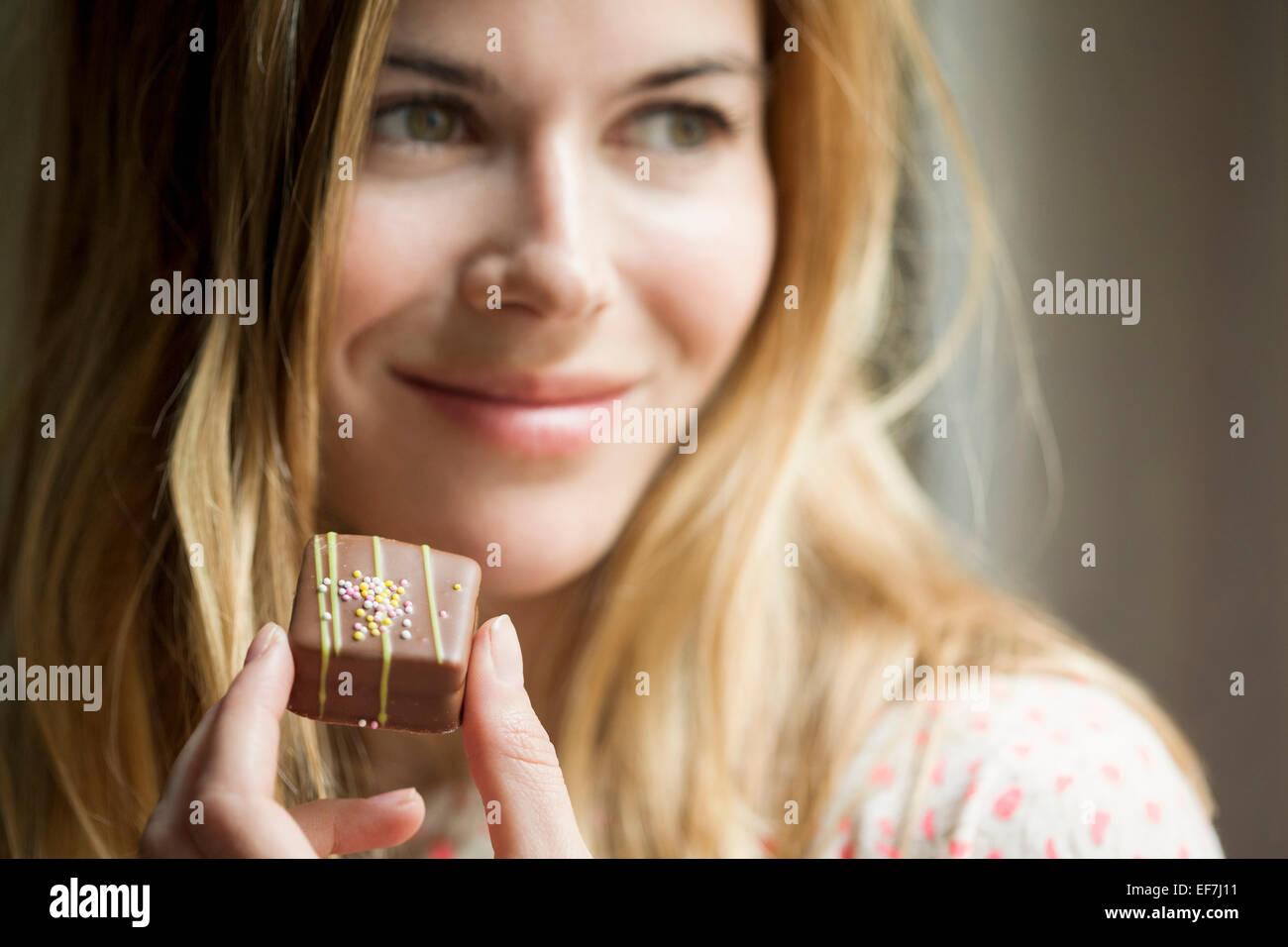 Donna di mangiare il cioccolato Immagini Stock