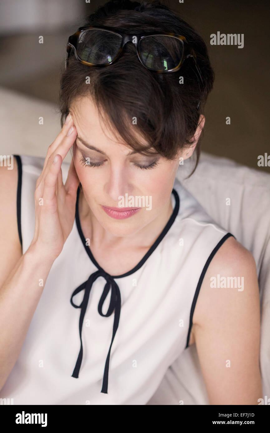 La donna che soffre di mal di testa Immagini Stock