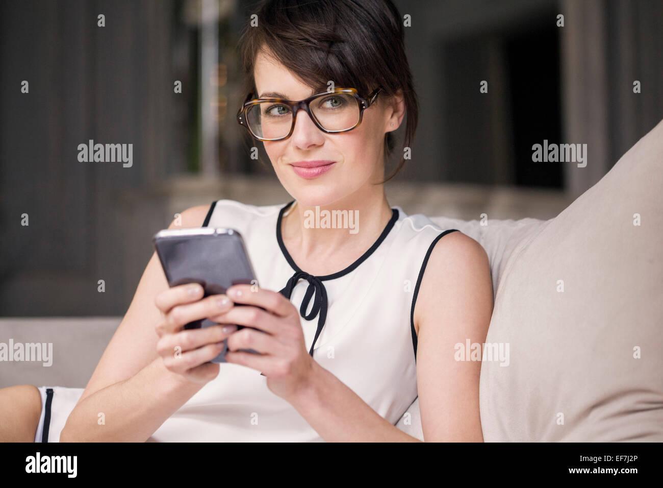 Donna che utilizza uno smartphone Immagini Stock