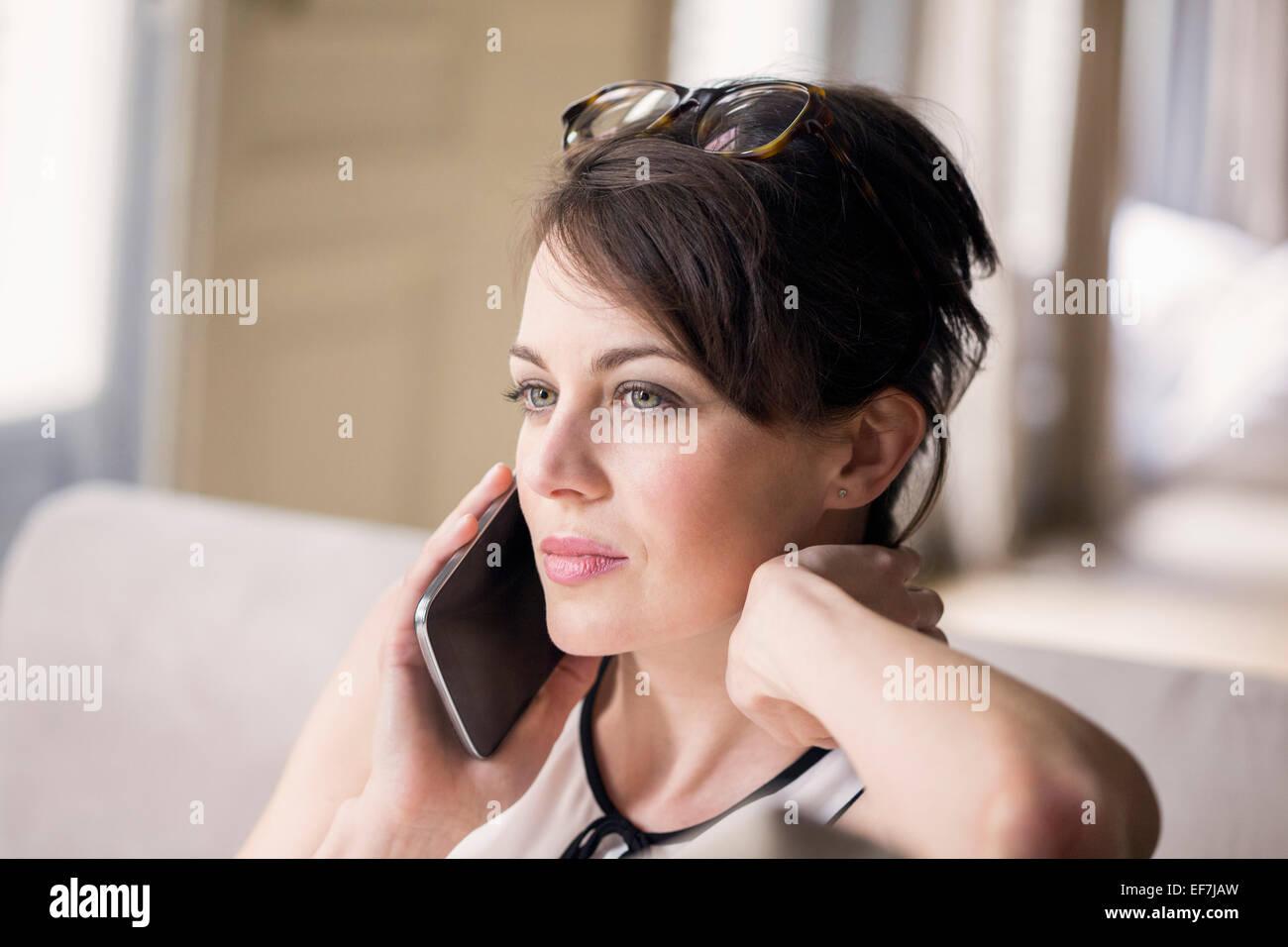 Bella donna a parlare su un telefono mobile Immagini Stock